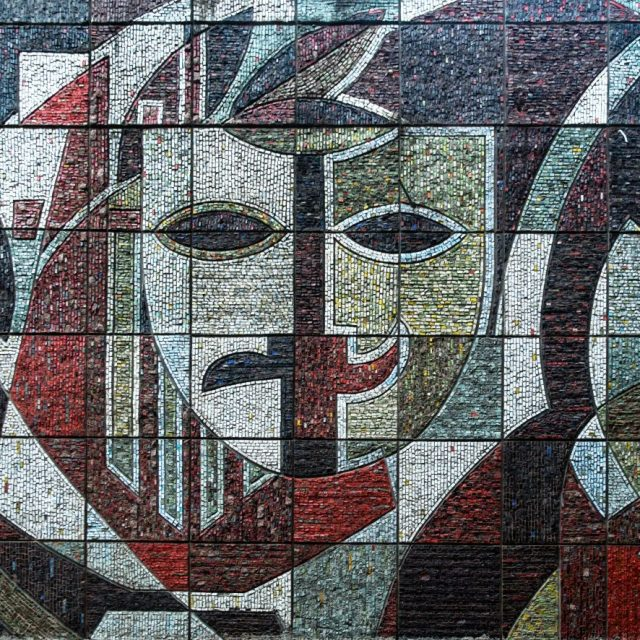 """""""Arta"""", panou de mozaic din piatră și decorații exterioare pe fațada Palatului de Cultură al Sindicatelor"""