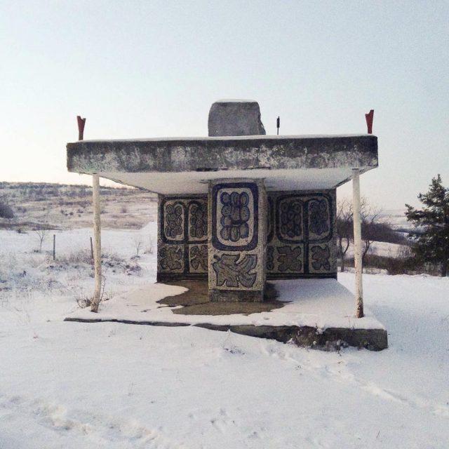 Decorații exterioare pe Stația de autobuz,  satul Mîrzoaia