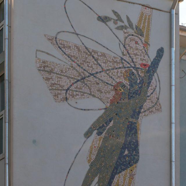 """Pacea, Cercetarea și Producția (detaliu). parte din două panouri mari de mozaic pe fațada Liceului """"Tudor Vladimirescu"""""""