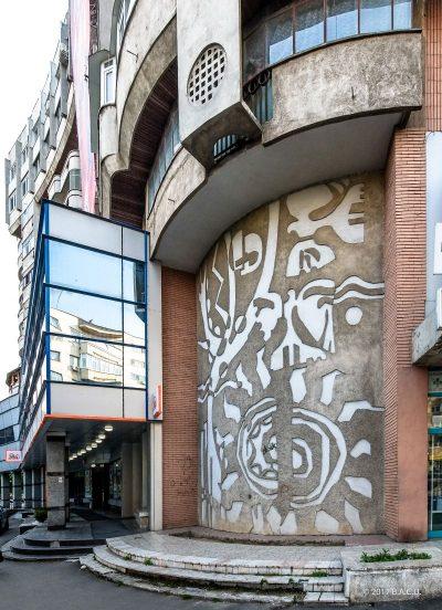Compoziții abstracte în sgrafitto decorând colțurile blocurilor din Piața Mihai Viteazul