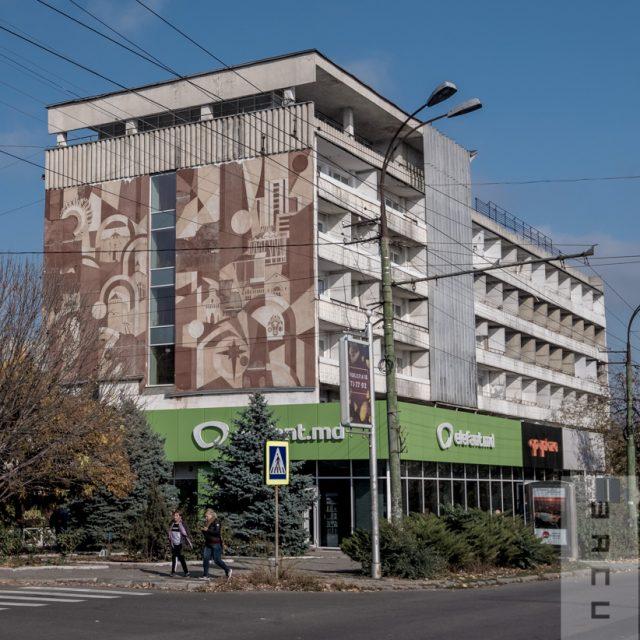 """""""Moldova"""", sgrafitto pe faţada laterală a Hotelului Turist,  compoziţie din elemente suprapuse, inspirate de monumente de arhitectură vechi și noi"""