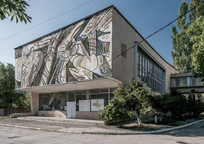 Cosmosul și politica socialistă, întruchipate în trei picturi murale plasate pe fațadele celor trei auditorii similare ale Universității Tehnice din Moldova