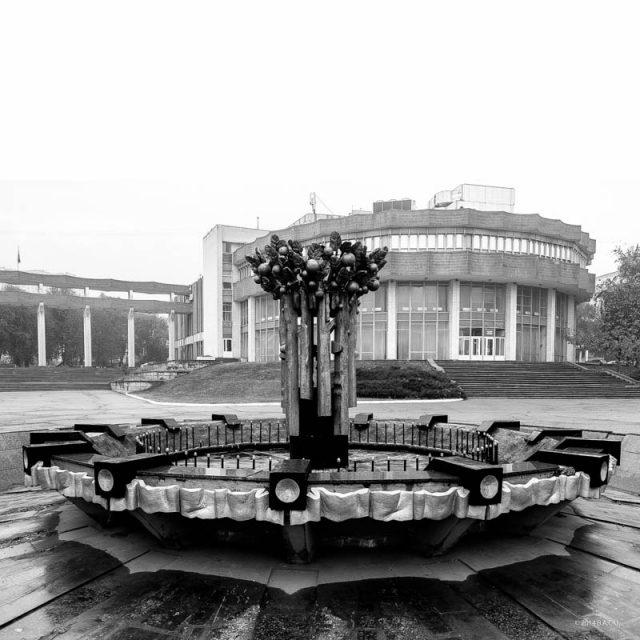 Fântână arteziană decorativă la intrarea inițial planificată  în Parcul V. I. Lenin (azi Doina)