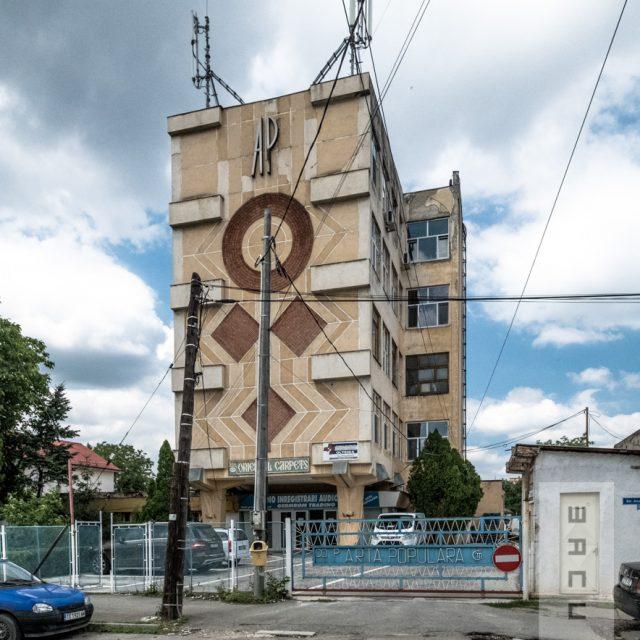 Decorție în relief pe fațada clădirii Coperativei Arta Populară, inspirat din motivele folosite pe covoarele tradiționale